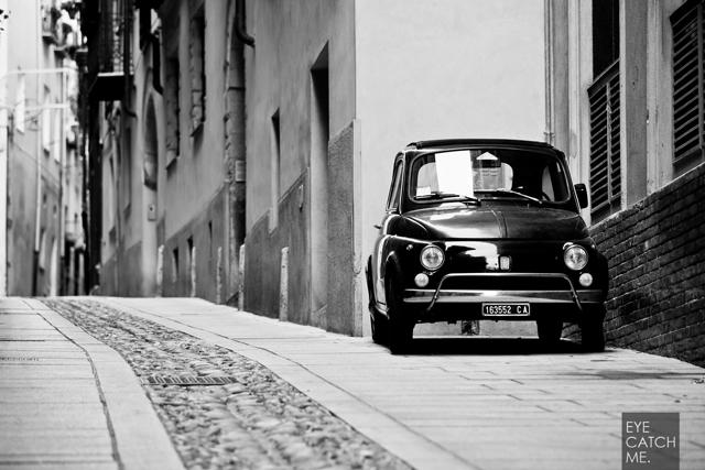 Fotos eines Fiat 500 in einer Gasse in Italien