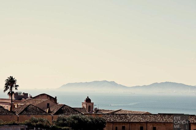 Das Bild des Fotografen zeigt die alten Gebäude von Cagliari und den tollen Blick ueber das Mittelmeer