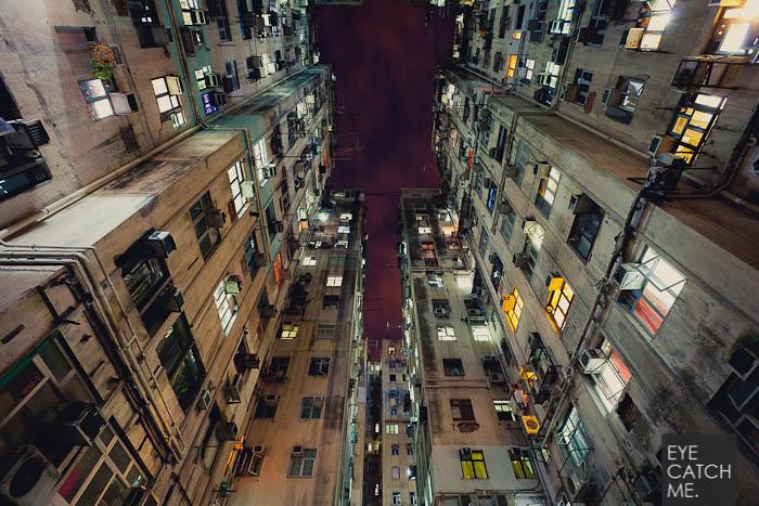 Der Architektur Fotograf Eyecatchme aus Köln hat dieses Foto im Stadteil Kowloon in Hong Kong gemacht, es zeigt einen Hinterhof einer Hochhaus Siedlung