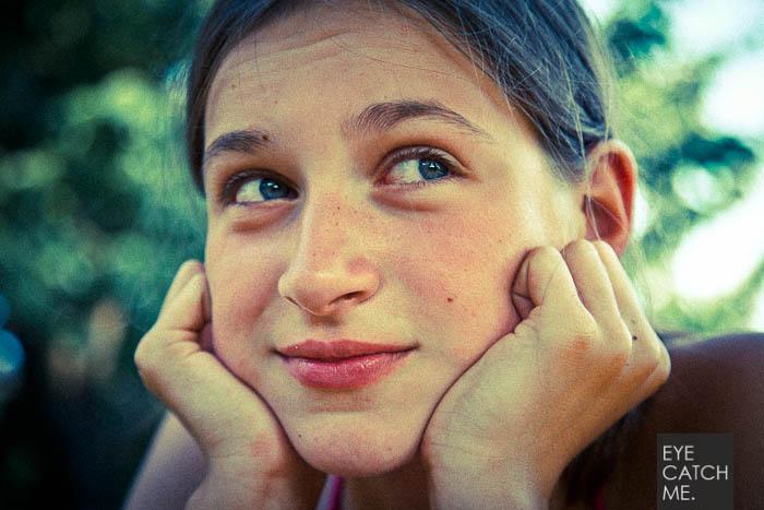 Dieses schöne Kinderfoto wurde vom Fotograf Eyecatchme aus Köln gemacht, es zeigt ein junges Mädchen.