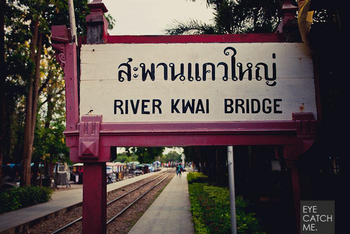 Dieses Schild sthet kurz vor der Brücke über den Fluß. This is a River Kwai Bridge Sign. Der Fotograf Eyecatchme hat das Foto in Kanchanaburi in Thailand gemacht