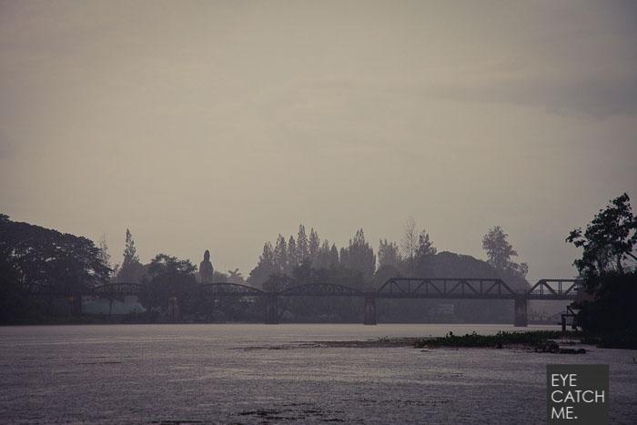 Dieses Foto zeigt die Brücke über den Kwai aus der Ferne, der Fotograf hat das Foto von einem kleinen Hausboot aus gemacht.