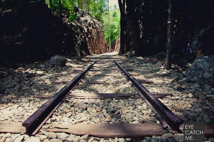 An manchen stellen wurde die alte Bahnschiene im Gleisbett belassen, dass Foto ist am Hellfire Pass in Thailand entstanden