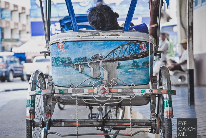 Das Foto zeigt eine Rikscha mit einem Motiv der Brücke über den Kwai Fluß, der Fotograf aus Köln hat das Foto bei seiner Reise durch Thailand gemacht