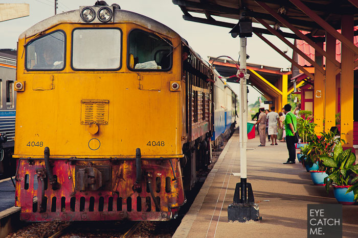 Foto der Eisenbahn in Kanchanaburi in Thailand, die Bahn färt danach über die Brücke am Fluß Kwai. Das Bild stammt vom Fotograf  EYECATCHME. aus Köln