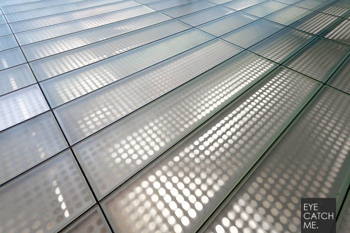Businessfotograf Eyecatchme hat das Foto des Glas Fußbodens in einer Wartehalle im Flughafen gemacht