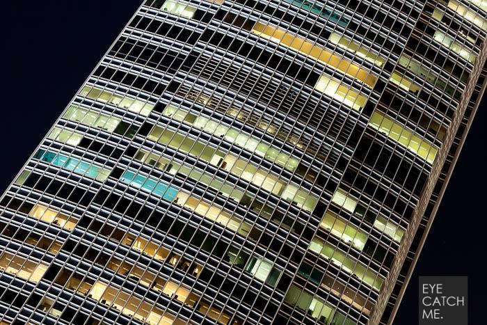 Das Foto zeigt eine Hochhausfassade mit vielen Glasfenstern, es wurde vom Architektur Fotograf in Hong Kong gemacht