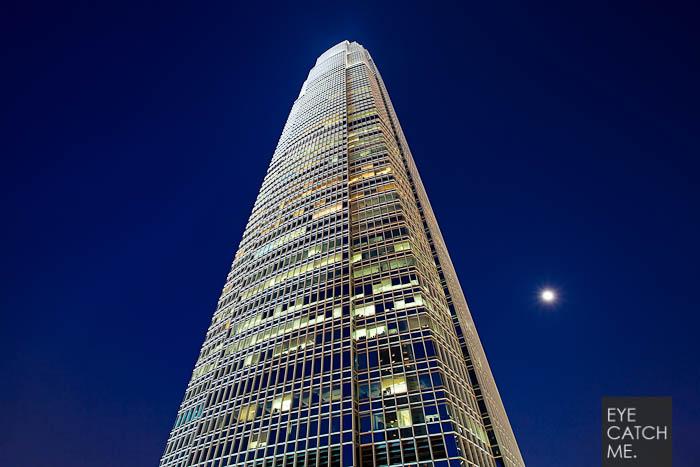 Architektur Fotograf Eyecatchme aus Köln hat dieses Foto eines Hochhauses während der Blauen Stunde in Hong Kong gemacht