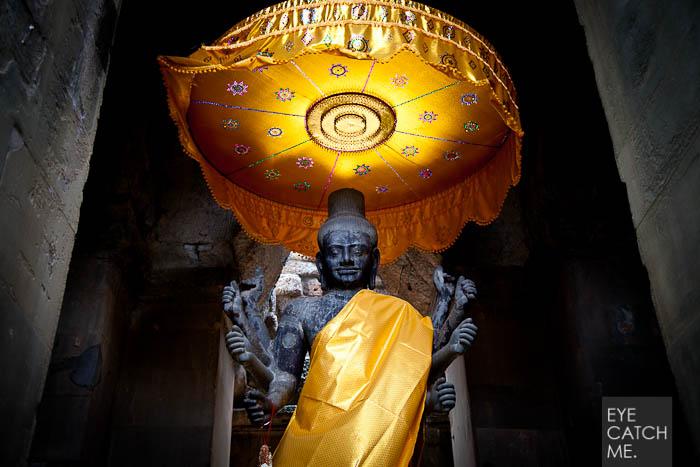 Der Fotograf Eyecatchme aus Köln hat bei seiner Reise nach Kambodscha dieses Foto einer acht armigen Vishnu Statue in angkor Wat gemacht