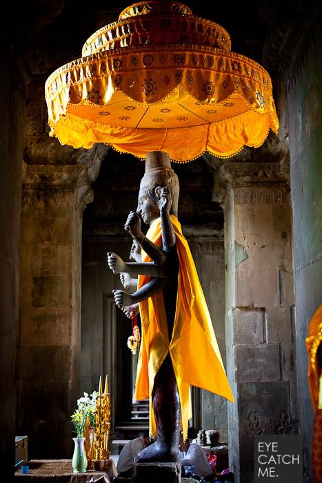 Dieses Foto hat der Foitograf aus Köln im Westeingang des Angkor Wat Tempels in Kambodscha gemacht, es zeigt eine große Vishnu Statue.