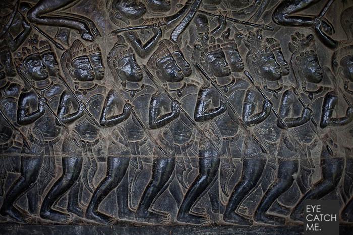 Der Reise Fotograf Eyecatchme hat dieses Detialfoto in der Weltbekannten Tempelanlage Angkor Wat gemacht, es Zeigt fünf bewaffnete Kreiger