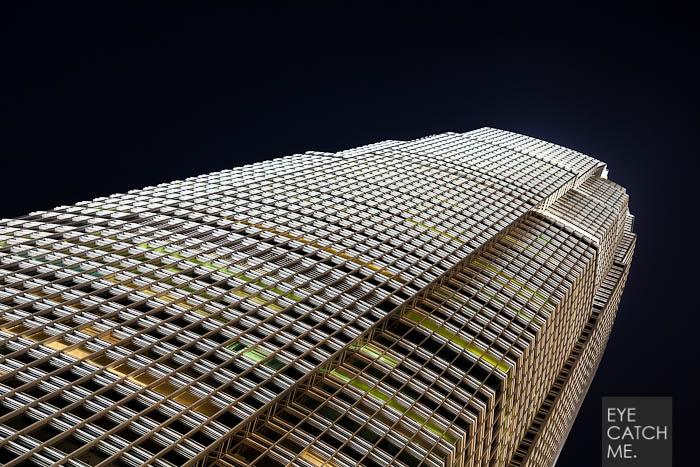 Das International Finance Centre wurde von Architektur und People Fotograf aus Köln bei Nacht gemacht.