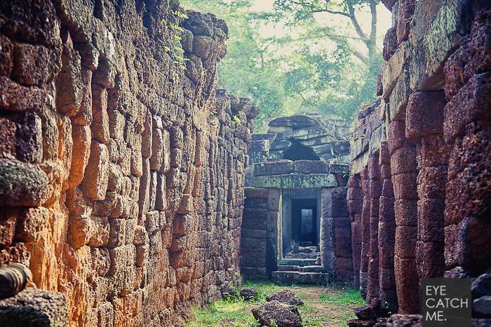 Der Fotograf Eyecatchme hat hier ein Foto einer zerfallenen Tempelanlage in Kambodscha gemacht