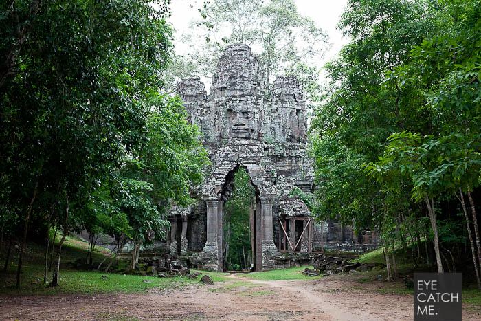 Der Architektur Fotograf Eyecatchgme hat dieses Foto in Angkor Thom gemacht, es zeigt ein großes Stadtor aus Stein, welches verborgen im Jungle liegt